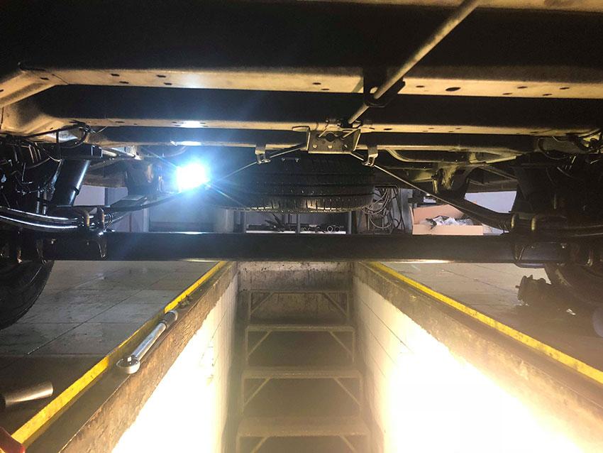 Report z montáže vzduchového pérování s dvouokruhovým manometrem na podvozek Citroen Jumper.